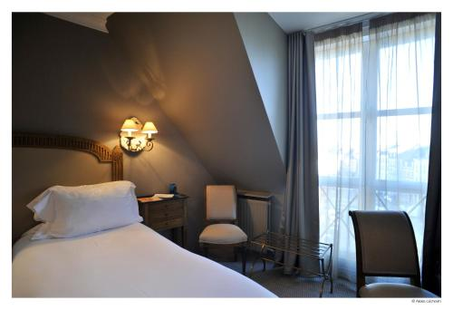 7-9 Place Louise de Bettignies, 59000 Lille, France.