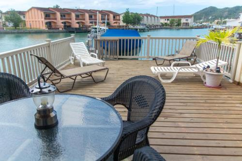 Waterfront Hillside Villa Private Deck Sleeps 6