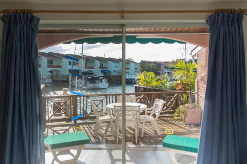 Cheerful Waterfront Villa Sleeps 6 Walk to Beach