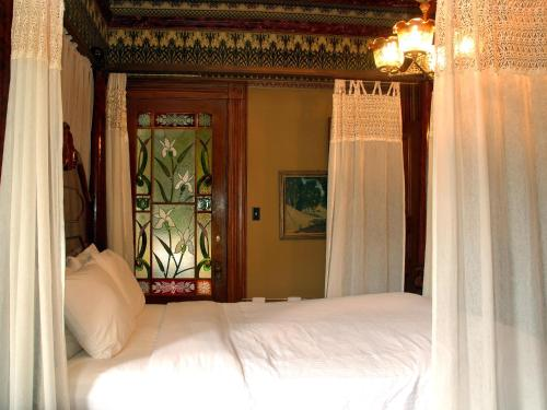 Chateau Tivoli Bed and Breakfast - image 5