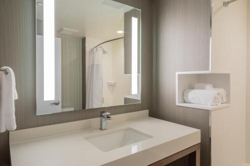 Courtyard by Marriott New York Queens/Fresh Meadows - image 13