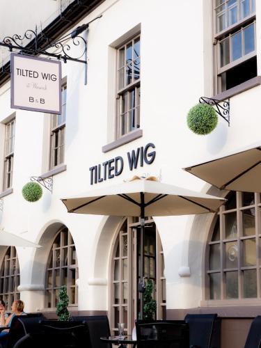 Tilted Wig, Warwick