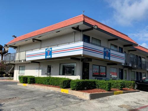 Super 7 Inn Dallas-Southwest - Accommodation - Dallas