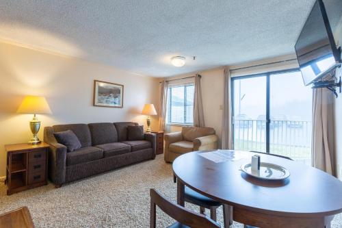Stroll to Slopes, Village Area, Ski in-out MtLodge 117 - Apartment - Snowshoe