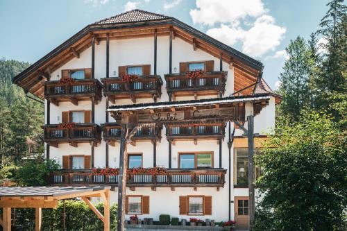 Hotel Chalet Corso - San Vigilio di Marebbe / St Vigil in Enneberg