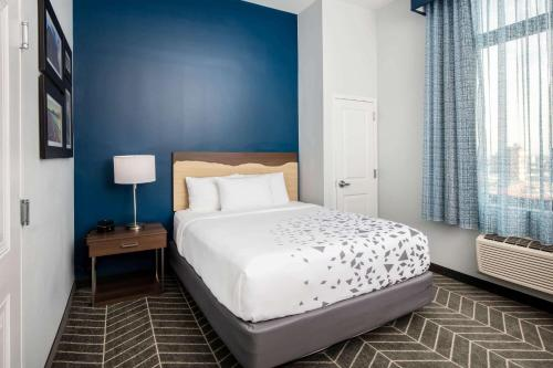 La Quinta Inn and Suites by Wyndham Long Island City - image 3