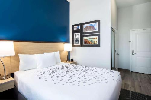 La Quinta Inn and Suites by Wyndham Long Island City - image 5