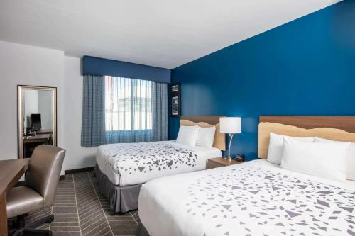 La Quinta Inn and Suites by Wyndham Long Island City - image 7