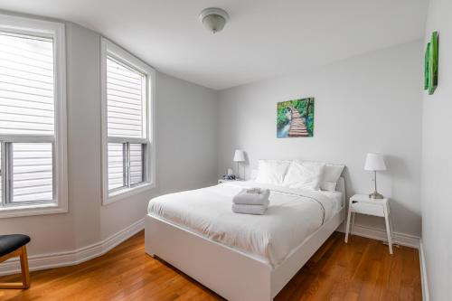 Newly Renovated - Modern 3BR Apartment - Trinity Bellwoods!