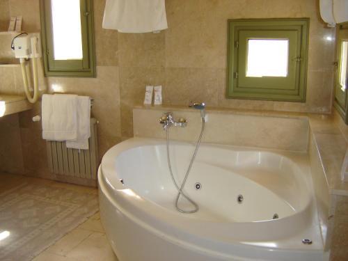 Suite Hotel Leonor de Aquitania 28