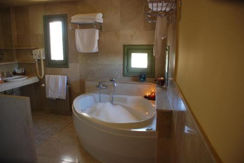 Suite Hotel Leonor de Aquitania 56