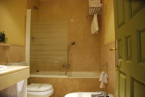 Double or Twin Room Hotel Leonor de Aquitania 5