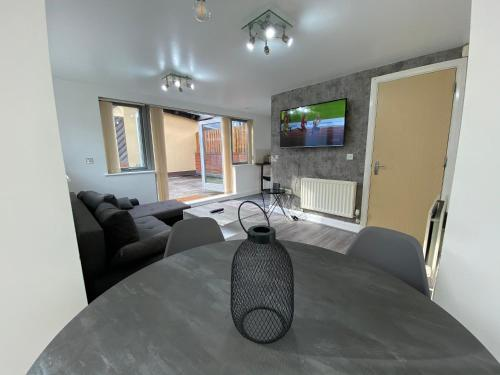 Beautiful 2 Bed House- Birmingham- Broad Street & Brindley Place- 10 Min Walk From Bullring, 02 Arena, New Street Station & Grand Central