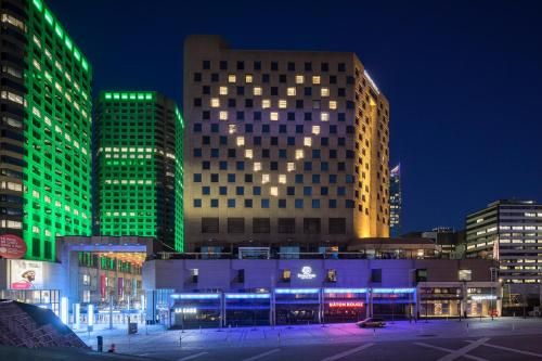Doubletree By Hilton Montreal - Photo 2 of 42