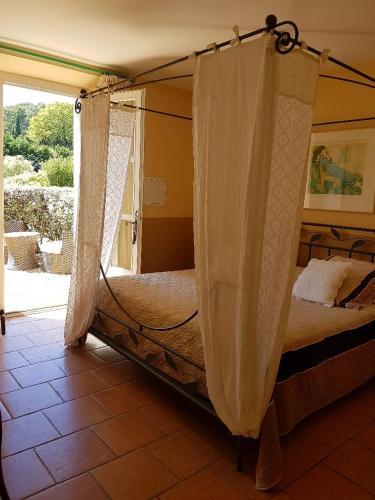 Domaine Michelot, mas provencal 14 personnes , 7 chambres , 9 salles de bains , climatisation , pisc