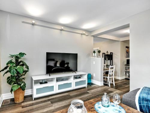 Stylish 2BR With Free Parking Near Downtown!