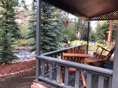 Riverfront Mountain Cottage Retreat - Accommodation - Estes Park