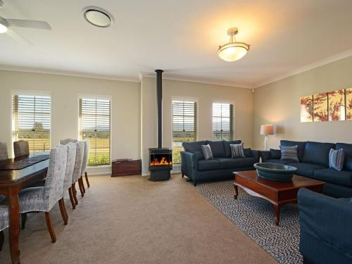 . Silver Springs 6br Luxury Homestead with Wifi, Pool. Fireplace, Views, Olives and Space