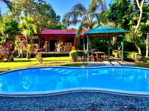 . Casa Mediterránea with Pool and 2100 m2 Garden near Beach and Rain Forest