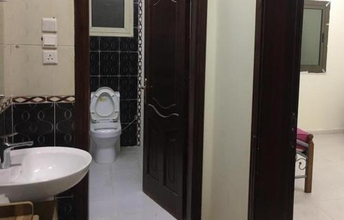 غرفة مفروشة مع حمام مستقل