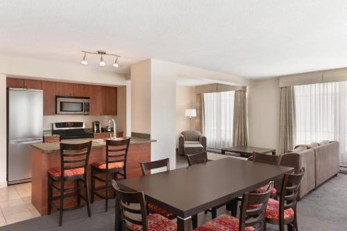 Embassy Suites By Hilton - Montreal - Photo 2 of 42