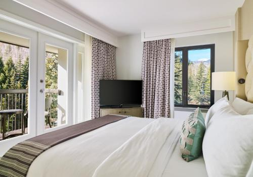 Junior Suite King with Mountain View