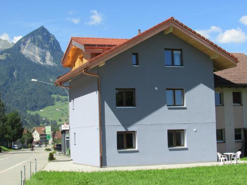 Neubau-Privatzimmer, eigenes Bad & Mitbenutzung Küche und Balkon - Hotel - Giswil