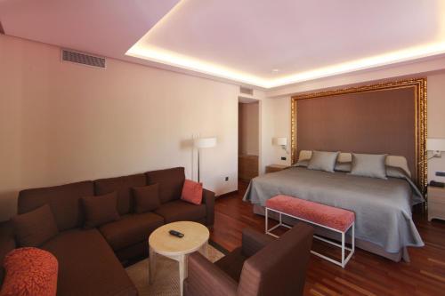 Deluxe King Room Casa Consistorial 15