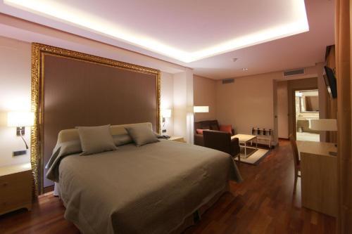 Habitación Deluxe con cama extragrande Casa Consistorial 17