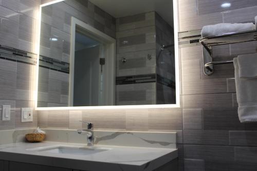 Mirage Inn & Suites - image 9