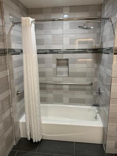 Mirage Inn & Suites - image 5