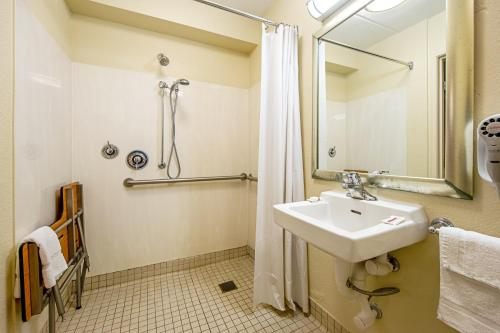 Superior King Room - Disability Access/Roll-in Shower Smoke Free