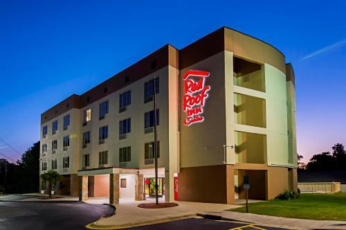 . Red Roof Inn & Suites Fayetteville-Fort Bragg