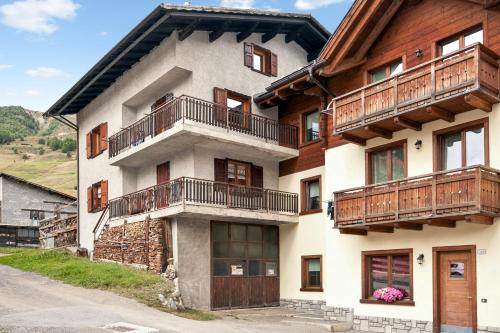 . Apartment with 4 bedrooms in Livigno with balcony and WiFi 50 m from the slopes