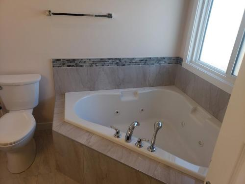 Stylish Heritage Apt for Long Stays - 3BR with Jacuzzi - Fort McMurray, AB T9K 0Z8