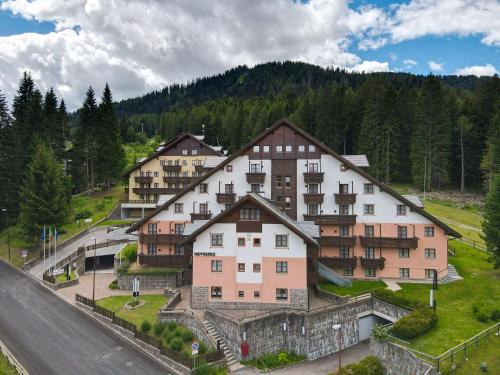 Nevesole Folgarida Resort Aparthotel Dimaro