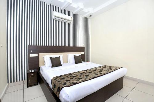 . OYO 11844 Hotel Golden Halo