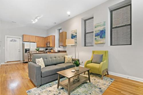 Simple yet Classy 2bedroom in River West Blue Line