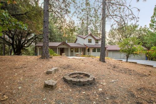 Mountain Retreat with Hot Tub & Pool Table - 1 hour from Squaw Valley Resort! - Hotel - Colfax