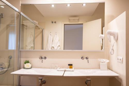 Double Room with Mountain View Hotel Tancat de Codorniu 1