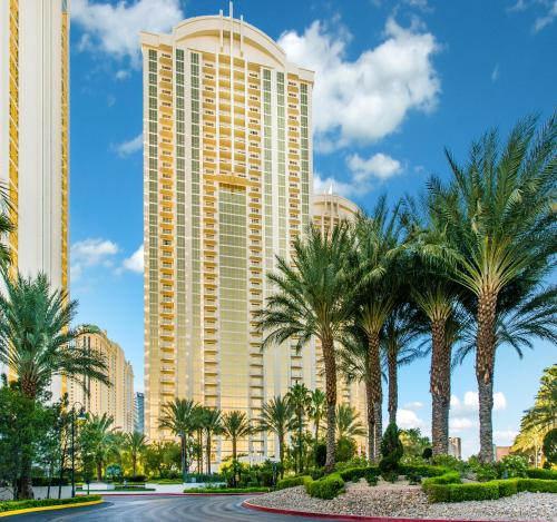 Gorgeous Strip View, MGM Condo, No Resort Fees, Free Valet Parking, Clark