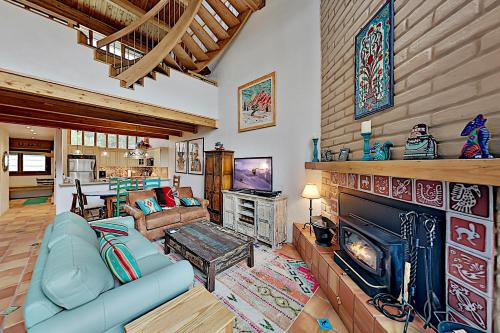 Slopeside Penthouse with 2 Mountain-View Balconies condo - Hotel - Twining