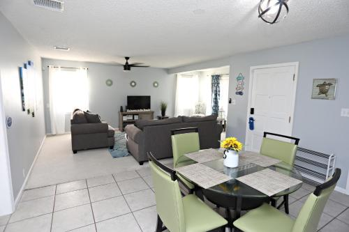 Cozy home 3.3 mi to beach and 2 min golf course.