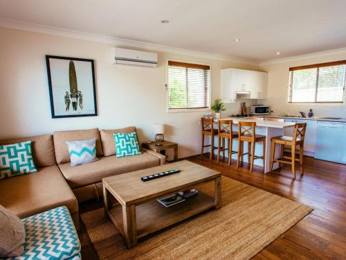 . Sunbaker Beach House - 4 Mins to Beach - Pet Friendly with Fire Pit