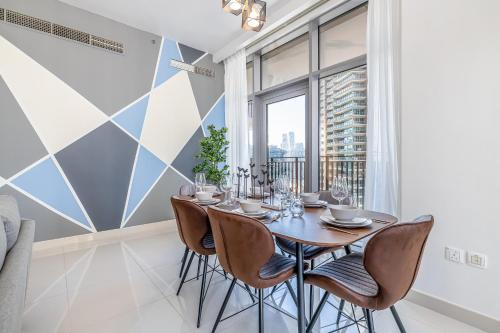 Gorgeous 2 BR mid floor Holiday Home in Downtown