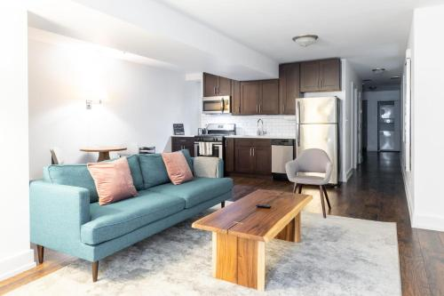Cozy West Town 2BR with Full Kitchen by Zencity