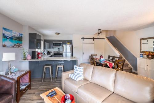 Banff Boundary Lodge - Mountain View 2 Bedroom Suite and Studio