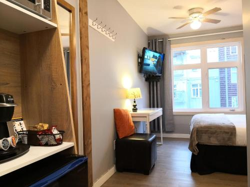 Deluxe King Suite with Hot Tub Gym and PK - Canmore, AB T1W 3E2