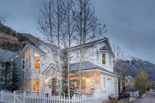 Spruce Downtown by Alpine Lodging Telluride