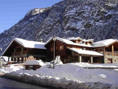 . Sunny Apartment in Antey-Saint-Andre near Ski Lift